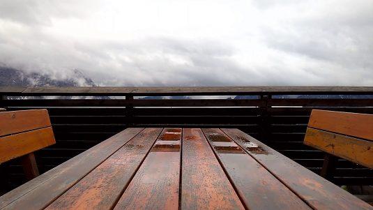 Nach dem großen Regen ziehen dichte Wolken über das Land